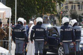 el papa vuelve a su ventana del vaticano tras su operacion