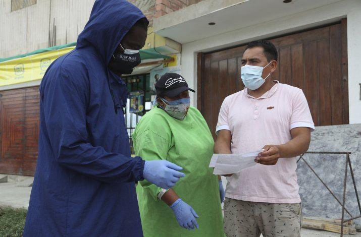 Cura africano ayuda a infectados de COVID en pueblo de Perú
