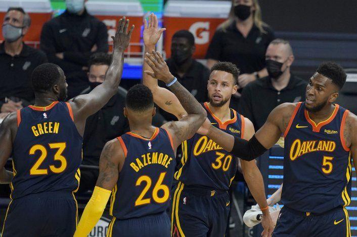 Curry y los Warriors ganan a los Spurs 121-99