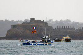 los barcos pesqueros franceses levantaron el bloqueo de la isla de jersey tras la llegada de dos buques de guerra britanicos