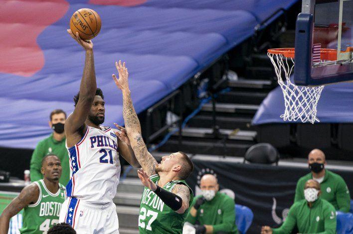 Sixers vencen a Celtics con otra gran noche de Embiid