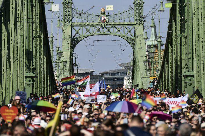 Miles marchan en desfile LGBTQ de Hungría para protestar ley