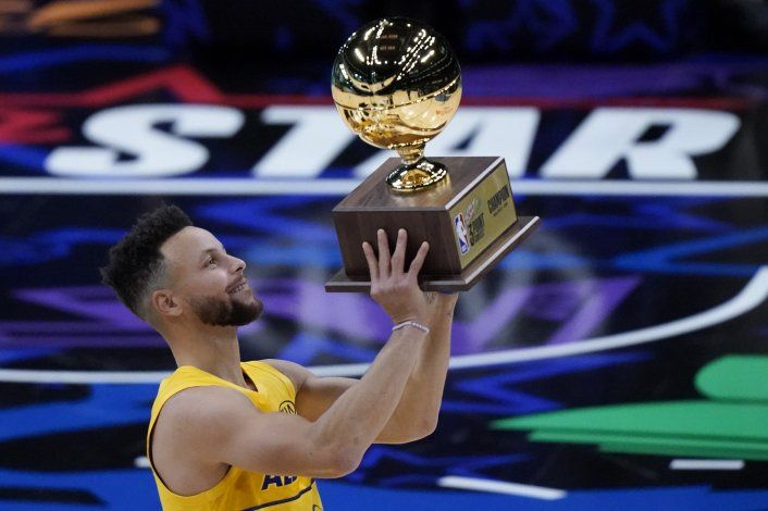 Curry gana en triples, Sabonis destreza y Simons clavadas