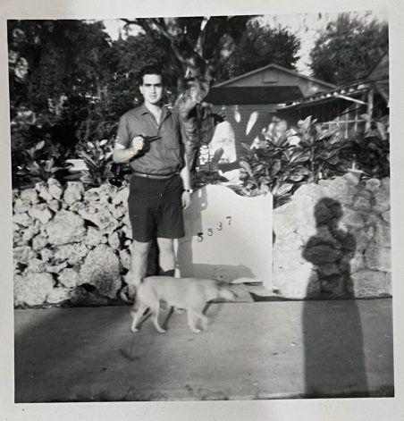 Aquí estoy en la casa de la familia que me acogió cuando llegué de Cuba en el 1962