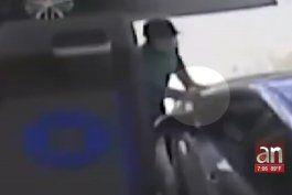 a plena luz el dia asaltan a una mujer que sacaba dinero de un cajero en un banco chase de miami