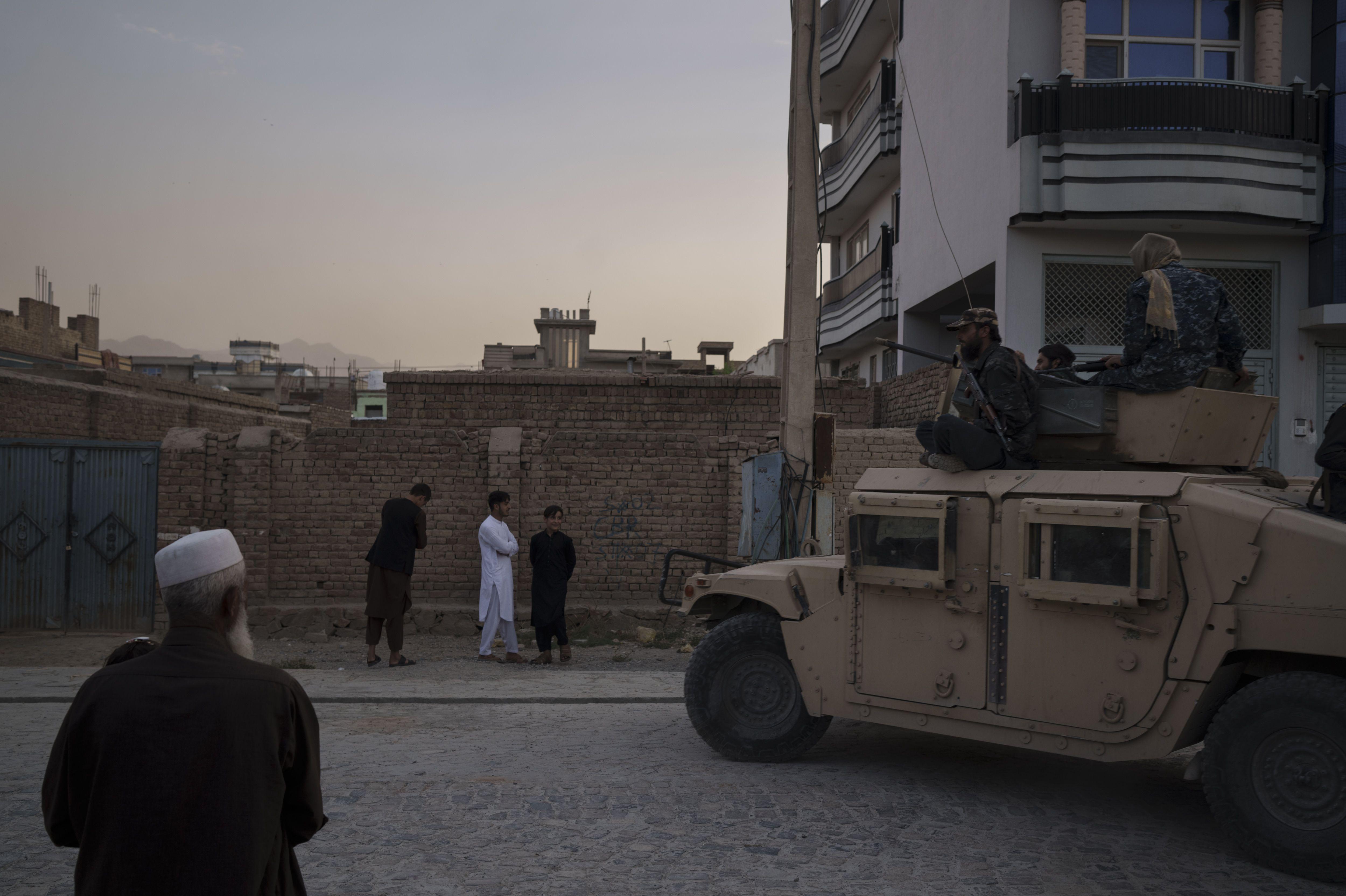 funcionario: eeuu y taliban hablaran sobre evacuaciones