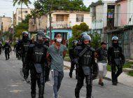 Policías reprimiendo en Cuba