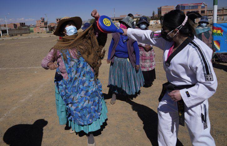 Taekwondo empodera a indígenas bolivianas contra violencia