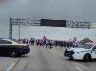 grupo de cubanos cierran el palmetto pidiendo intervencion militar en cuba