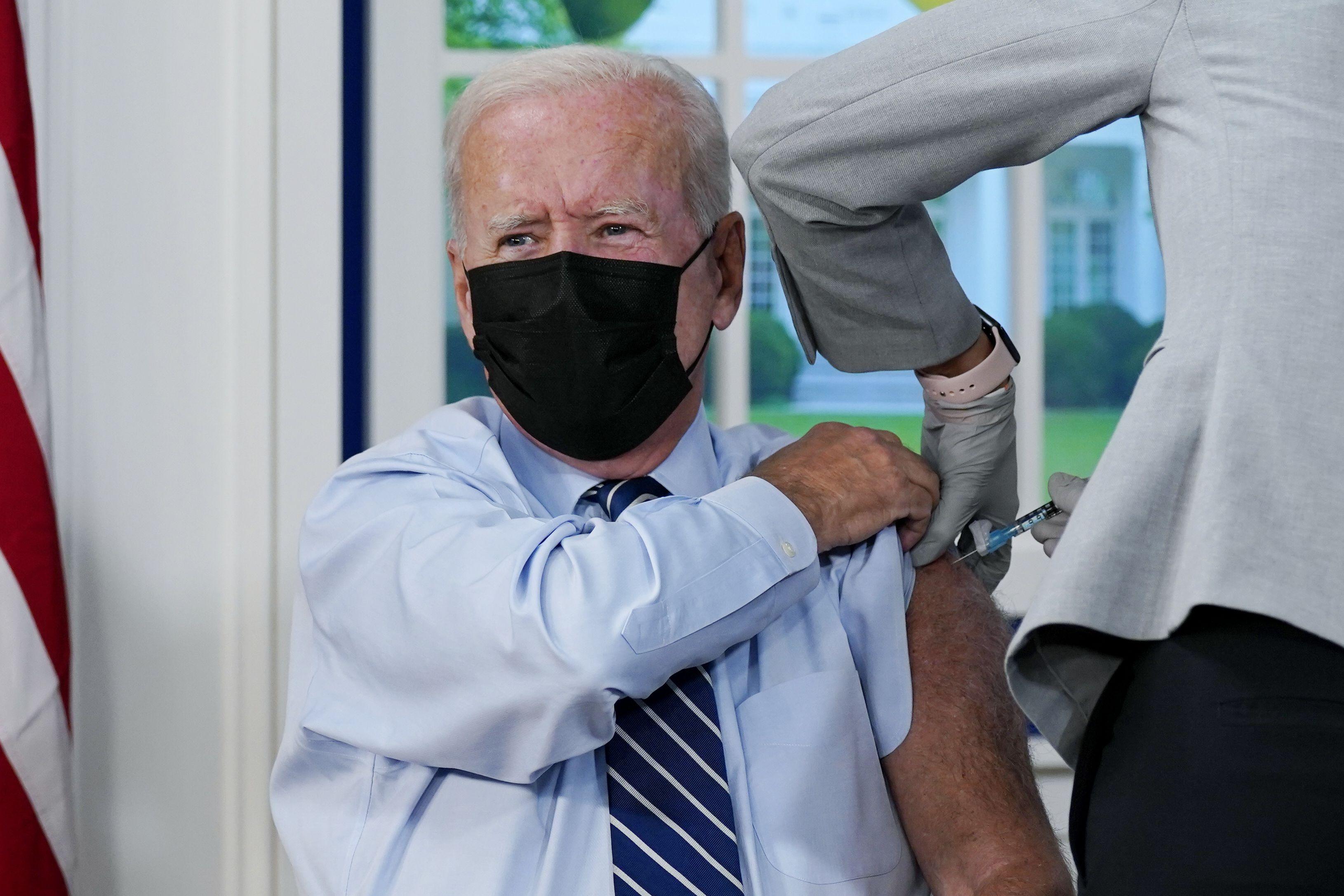biden recibe su vacuna de refuerzo contra el covid-19