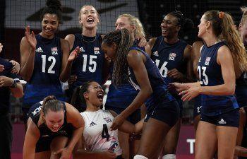 EEEUU supera a Dominicana, avanza a semis en vóley femenino