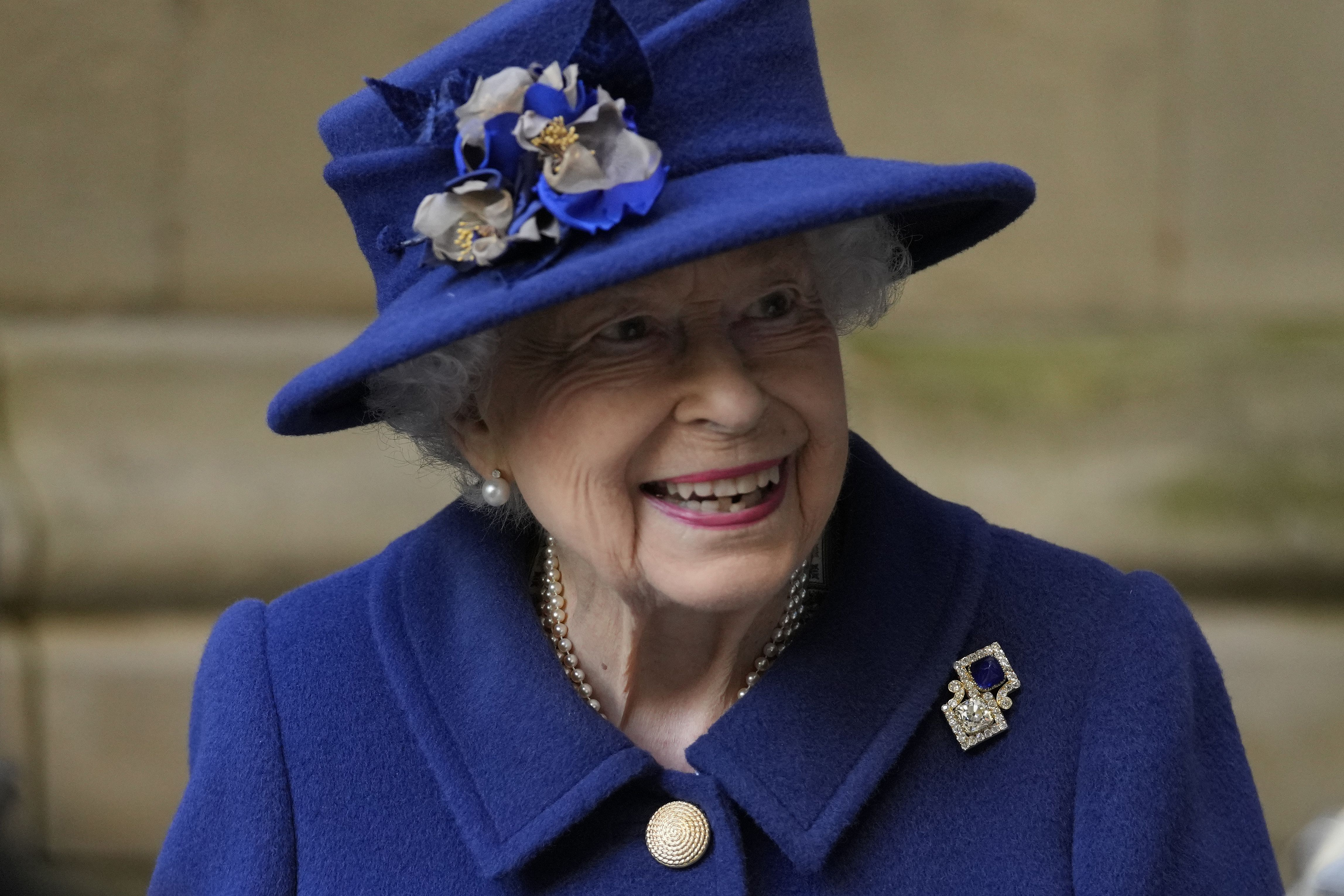 la reina isabel ii usa baston en la abadia de westminster