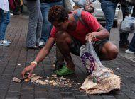 algunos venezolanos en peru comen de la basura, piden limosna y se prostituyen