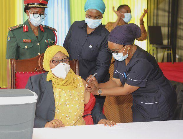 Presidenta tanzana se vacuna contra COVID al iniciar campaña