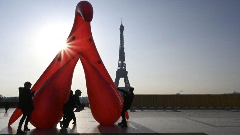 Un clítoris gigante fue instalado cerca de la Torre Eiffel en París para denunciar el analfabetismo sexual en el Día de la Mujer