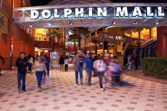 Cientos de personas llegaron al Dolphin Mall para devolver regalos navideños