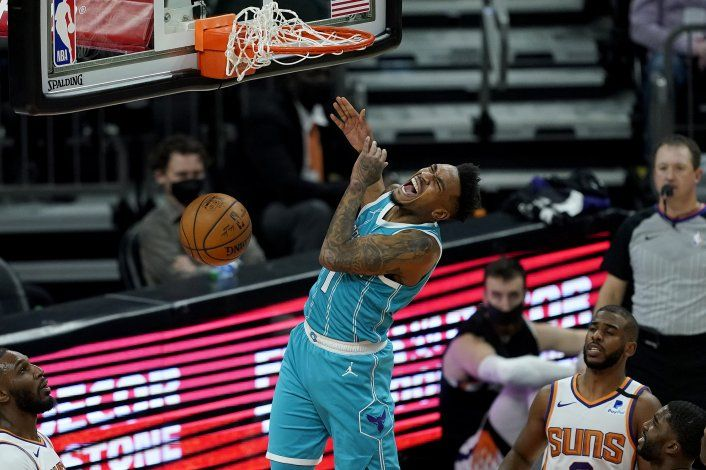 Con 29 puntos de Monk, Hornets enfrían a Suns