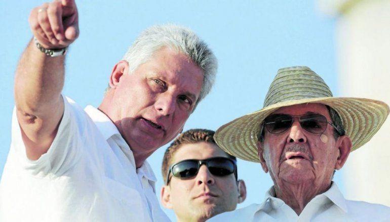 El gobernante cubano Miguel Díaz-Canel y su antecesor