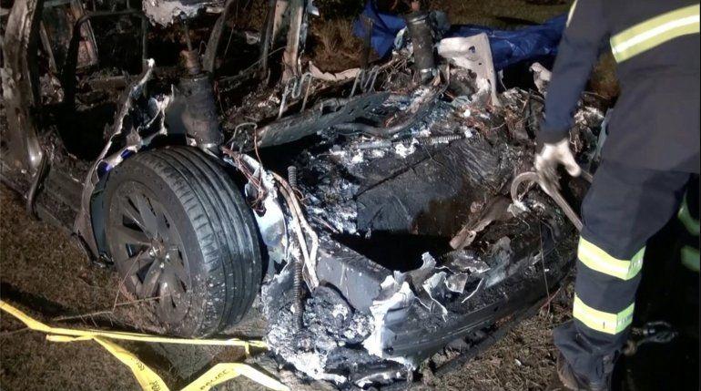 Un accidente de un auto Tesla sin nadie al volante dejó dos muertos en EEUU