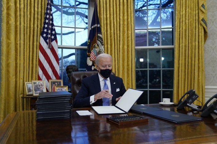 Biden firmó 17 ordenes ejecutivas en su primer día como presidente