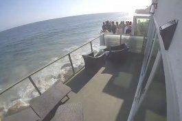 video: un balcon abarrotado de gente colapsa sobre una playa rocosa y deja varios heridos en malibu
