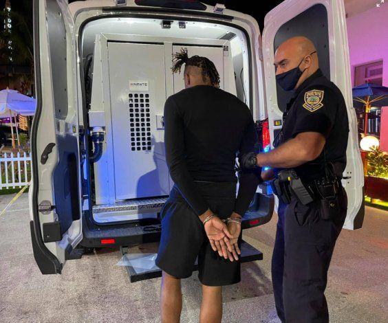 2 arrestados después de que policías de Miami Beach encontraron armas y drogas dentro de un automóvil estacionado ilegalmente