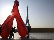 un clitoris gigante fue instalado cerca de la torre eiffel en paris para denunciar el analfabetismo sexual en el dia de la mujer