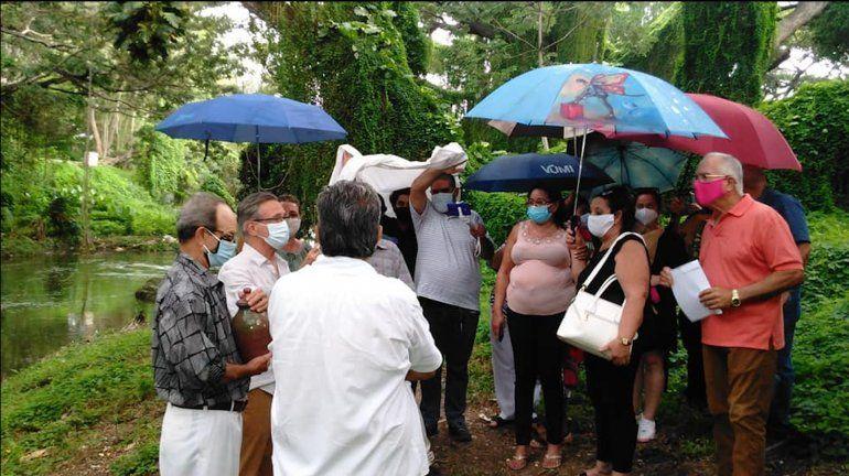 Echan las cenizas de Enrique Molina al río Almendares en La Habana