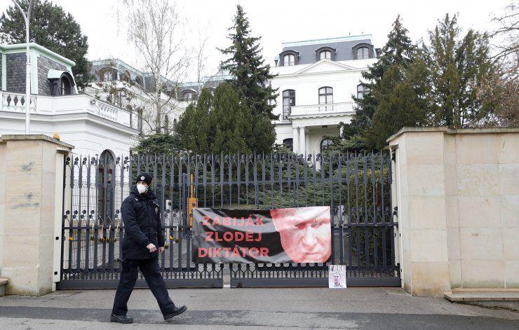 Gobierno checo expulsa a 18 rusos por explosión de 2014