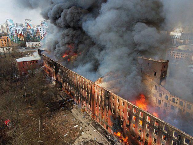 Las impresionantes imágenes aéreas de un gigantesco incendio que dejó al menos un muerto en San Petersburgo