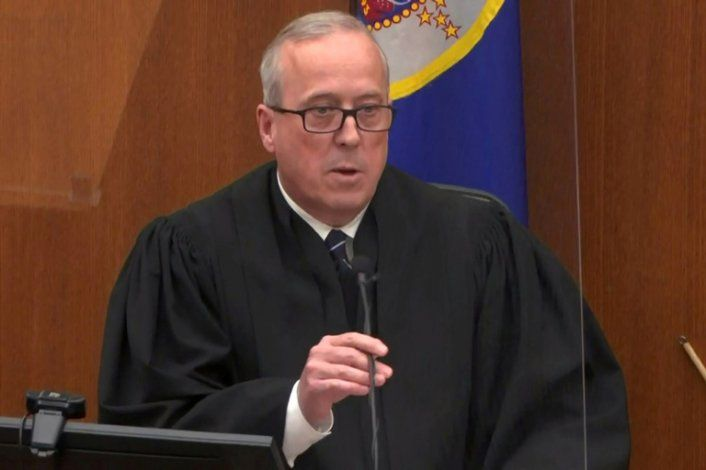 El juez de distrito del condado de Hennepin, Peter Cahill, habla con el jurado antes de anunciar su veredicto de culpabilidad de todos los cargos contra el ex oficial de policía de Minneapolis Derek Chauvin en su juicio por homicidio en segundo grado,