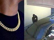 acorralan a un hombre en un drivethru de un pollo tropical para robarle una cadena cubana de $10 mil
