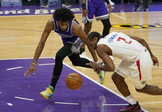 Leonard anota 27 puntos y Clippers propinan derrota a Kings