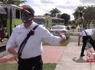 bomberos rescatan a una pareja de ancianos atrapados mientras un incendio consumia su casa