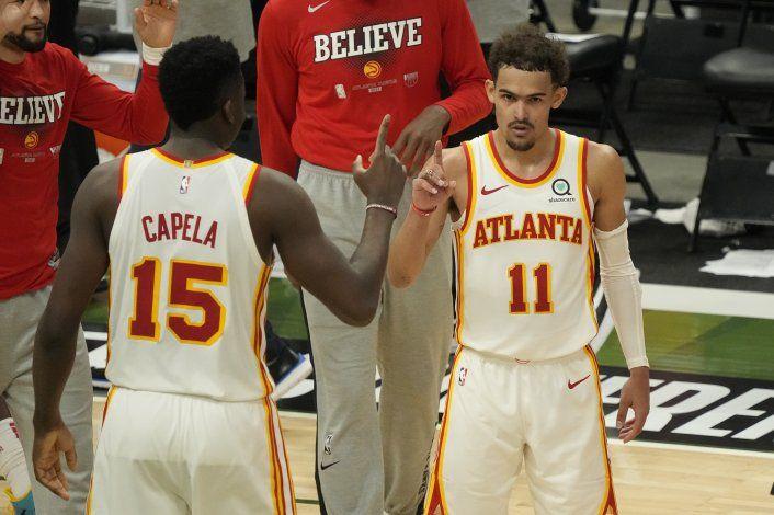 Young anota 48 puntos y Hawks sorprenden a Bucks en casa