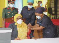 presidenta tanzana se vacuna contra covid al iniciar campana