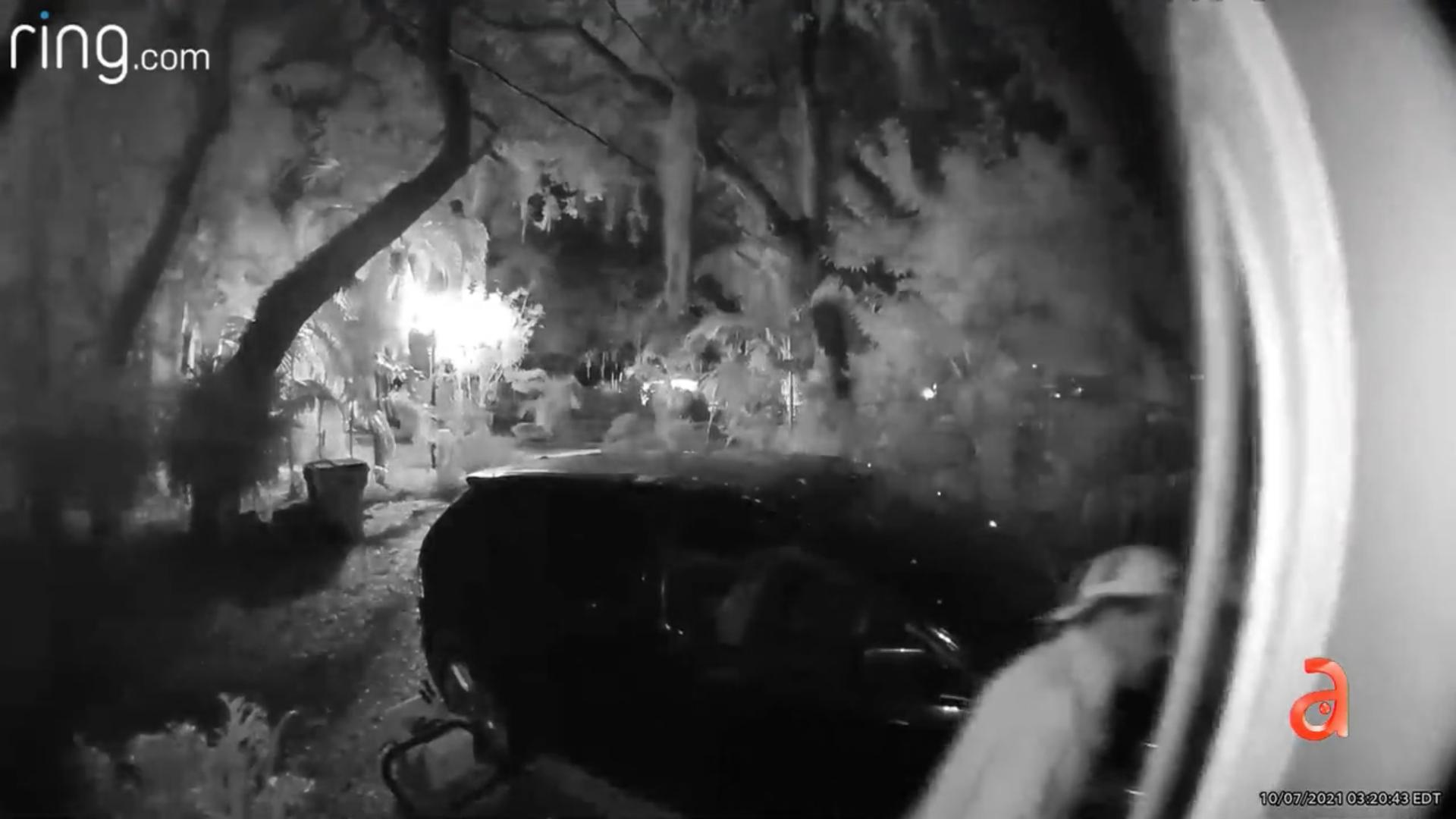 Policías se llevan una lluvia de balas tras sorprender a un hombre robando en una casa de Miami