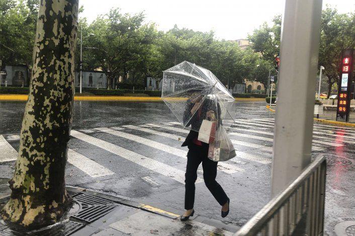 Un tifón inunda carreteras en Shanghái