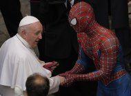 el hombre arana saluda al papa francisco