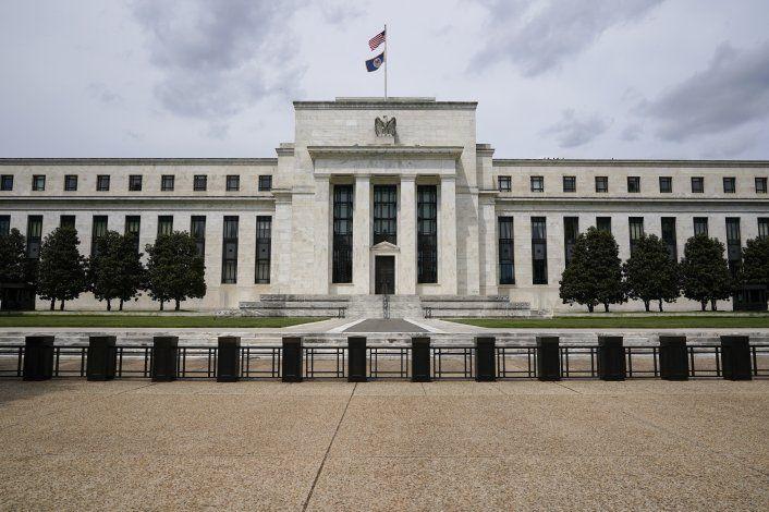 Fed señala avances económicos; un paso para aliviar apoyo