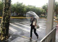 un tifon inunda carreteras en shanghai