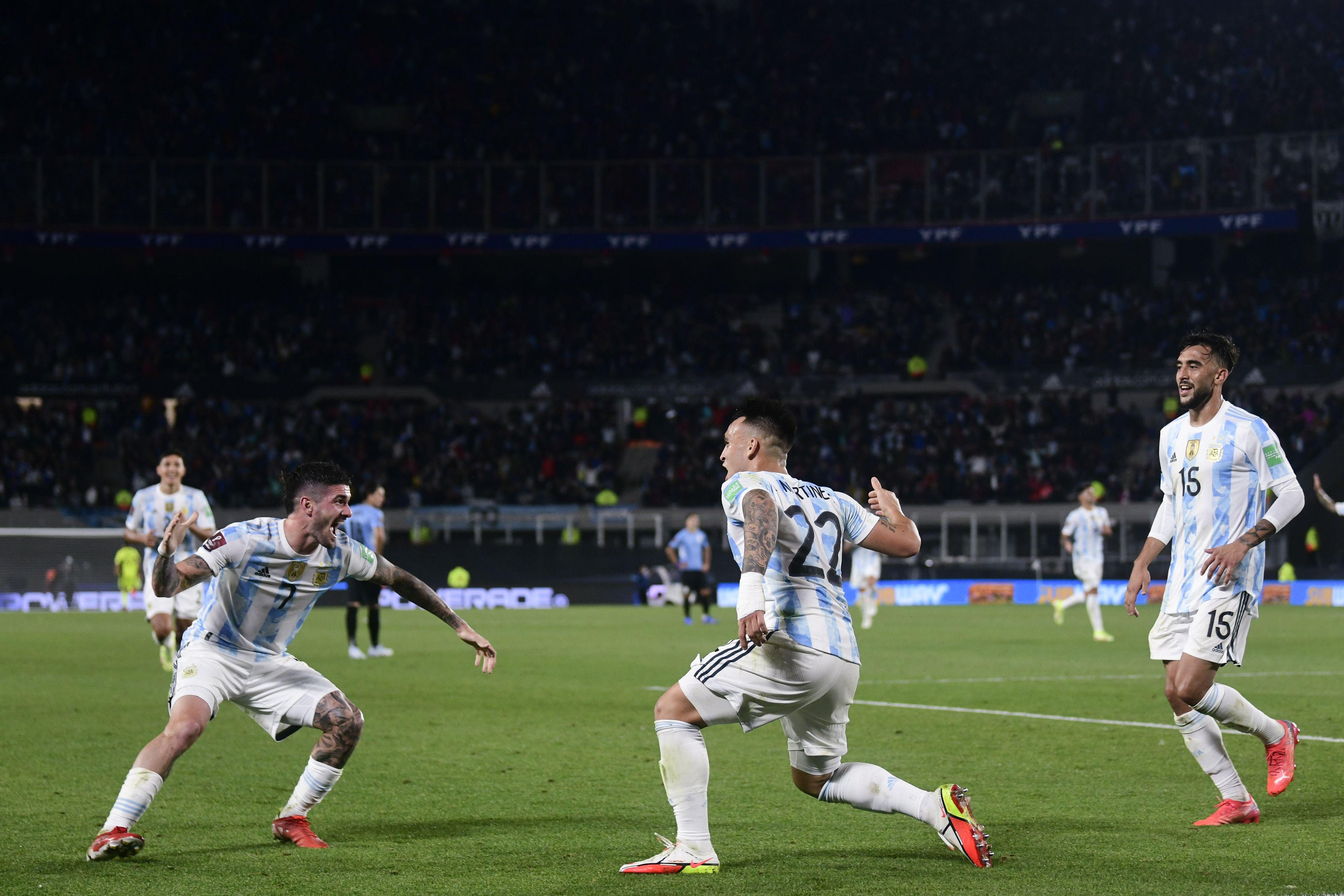 argentina exhibe contundencia ante uruguay y sigue invicta