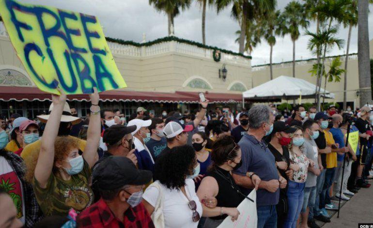 En la calle Ocho de Miami, la comunidad cubana se manifiesta a favor del Movimiento San Isidro