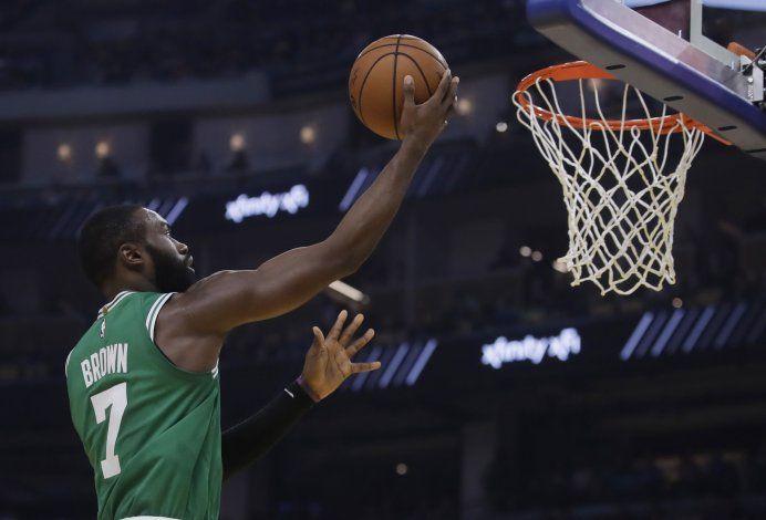 Celtics aguantan la reacción de Warriors, suman 10mo triunfo