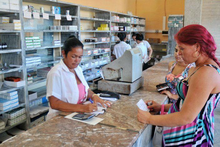 Abarrotada de público y sin medicamentos; así luce una farmacia cubana que vende sus productos en moneda nacional