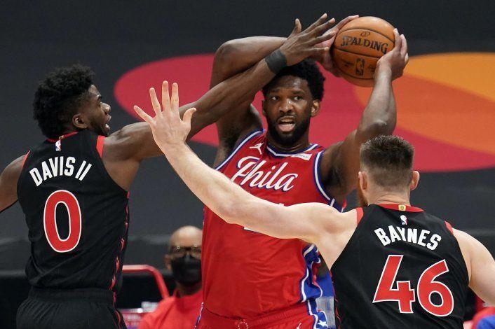 Harris y Embiid guían a 76ers a triunfo sobre Raptors