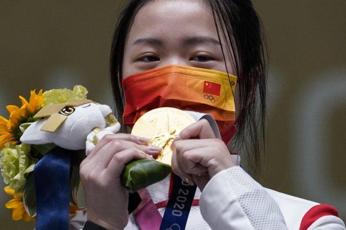 Calor, política, virus y medallas en primera día de Tokio