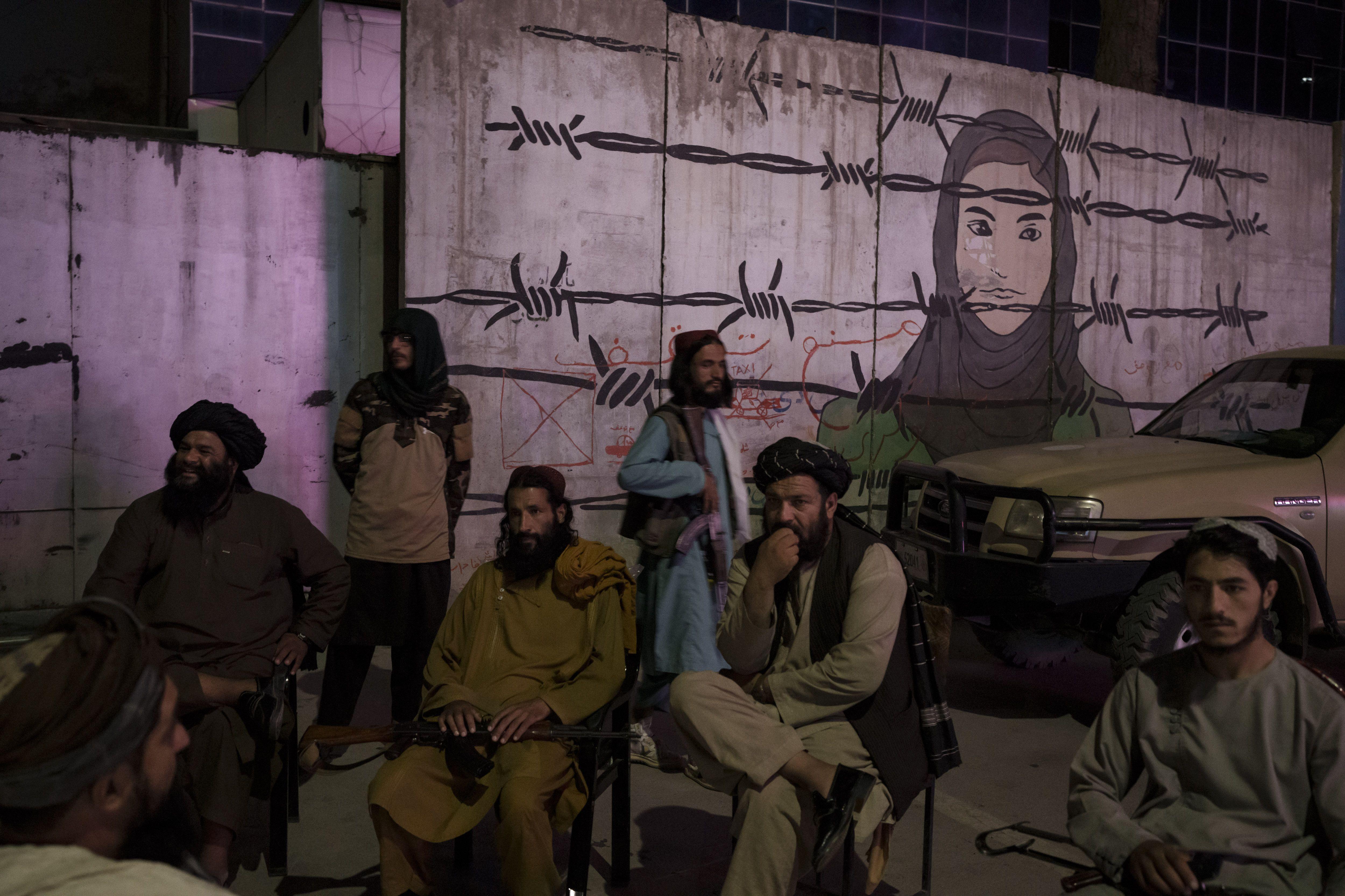 talibanes prohiben a barberos cortar la barba a sus clientes