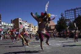 festividad folclorica retorna pese al covid-19 en bolivia