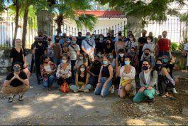 mas de 50 artistas cubanos se plantan frente al ministerio de cultura exigiendo dialogar con el ministro